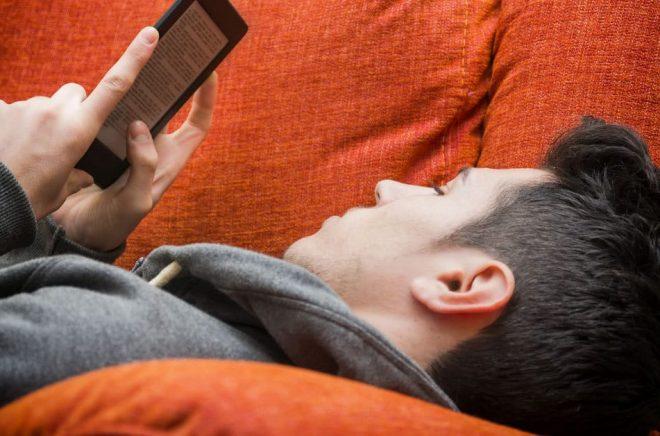 Läsa ebok eller lyssna till ljudbok på soffan innan du går och lägger dig är populärt bland svenskarna. Foto: Fotolia