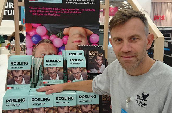 Richard Herold, förlagschef Natur & Kultur på Bokmässan 2018 har laddat upp med många exemplar av Roslings Factfulness.
