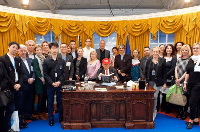 En hel massa förläggare från hela världen samlade tillsammans med ... president Trump? Simon Brouwers syns i vit skjorta i mitten längst bak.