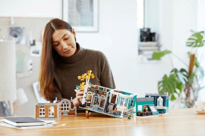 Nu kan du bygga din egen bokhandel hemma i köket. Bild: © Lego