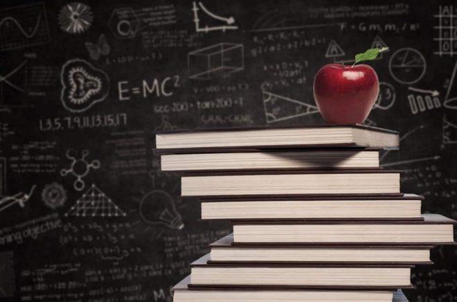 Ett äpple om dagen och en hög böcker är bra för... Foto: iStock