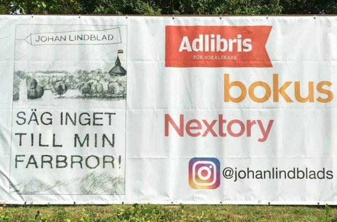 Johan Lindblads reklamskylt utanför huset på Österlen. Foto: Privat