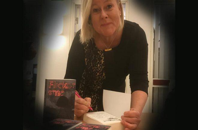 Solveig Sigridsdotter Thörnblom signerar sin deckare. Foto: Helene Skoglund