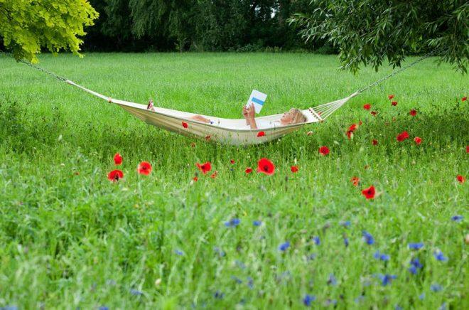En god bok i hängmattan och härligt sommarväder. Kan det bli bättre? Foto: iStock.