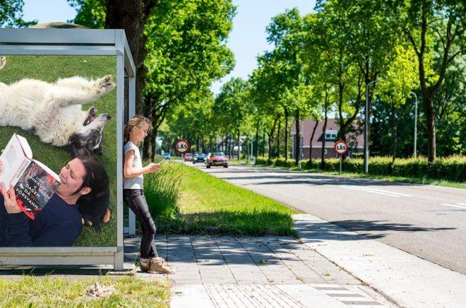 Anna Levahn, Sälj- och marknadsansvarig, har redan hittat semesterkänslan och en läskamrat. Foto: Privat. Bakgrundsfoto: iStock.