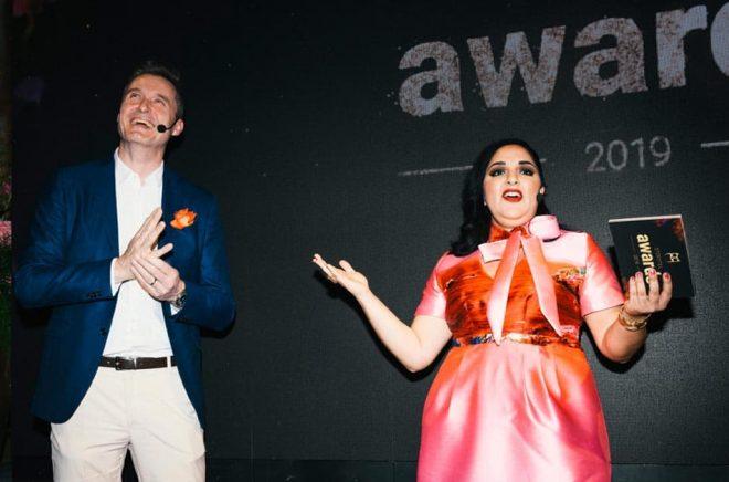 Storytels vd och grundare Jonas Tellander och värden Tara Moshizi på galan i april 2019. Foto Cecilia Magnusson.