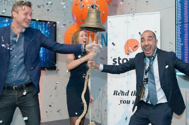 Så här glada var Storytelfolket när bolaget flyttade in på Nasdaq i Stockholm. Kanske var det inte riktigt samma feststämning på onsdagskvällen när värderingen på hela Storytel passerade 10 miljarder kronor, även om många måste vara nöjda med ytterligare en milstolpe på tillväxtresan. Foto: Bilden tagen ur Storytels presentation på Kapitalmarknadsdagen 14 jan 2020.