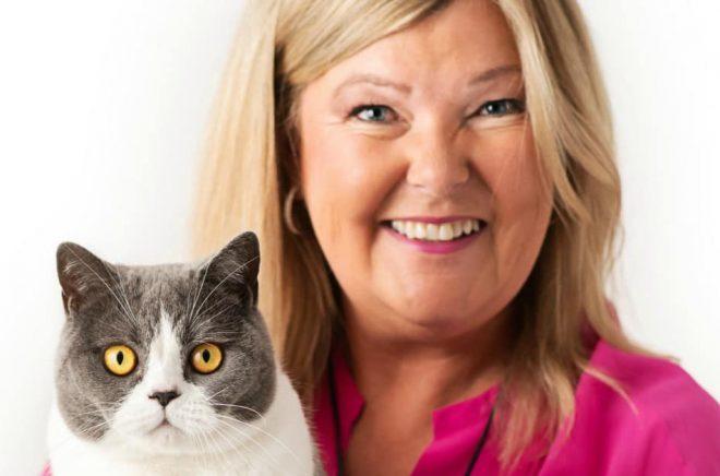 Susanne Hellman Holmström med katten Hjärtrud. Foto: Kajsa Ragnestam