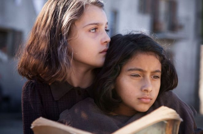 Elisa Del Genio som unga Elena och Ludovica Nasti som unga Lila i en scen ur