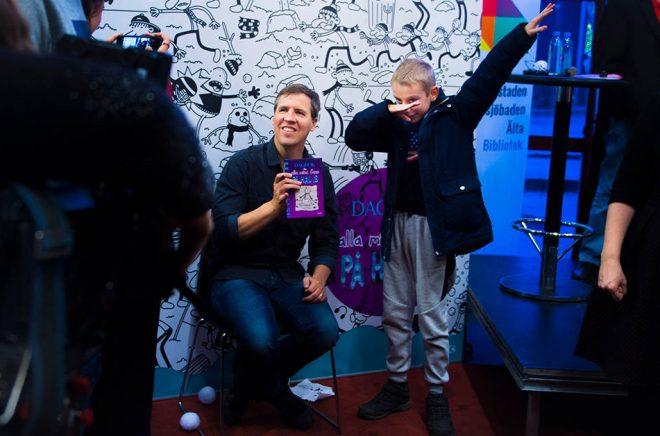 Jeff Kinney mötte svenska fans på Dieselverkstadens bibliotek utanför Stockholm. Foto: Hanna Franzén/TT