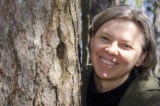 Finlandssvenska poeten Eva-Stina Byggmästar flyttar vid årsskiftet in på Svenska litteratursällskapet i Finlands författargård Abrams. Pressbild: Anne Haeggblom.