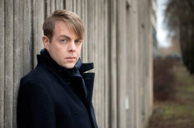 Deckarförfattaren och kriminologen Christoffer Carlsson deltar i SVT:s