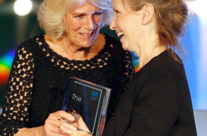 Camilla Parker Bowles, hertiginnan av Cornwall, delar ut förra årets Bookerpris till Anna Burns, som vann priset för romanen