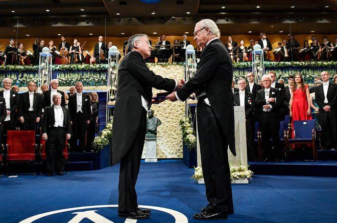 Kazuo Ishiguro är den senaste författaren som har fått ta emot priset ur kung Carl XVI Gustafs hand. I år ska både förra årets och årets pris delas ut. Arkivbild: Jonas Ekströmer/TT.