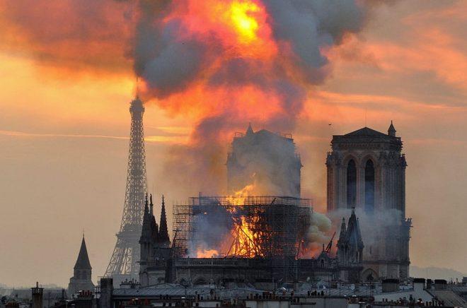 Katedralen Notre-Dame brann, och romanen