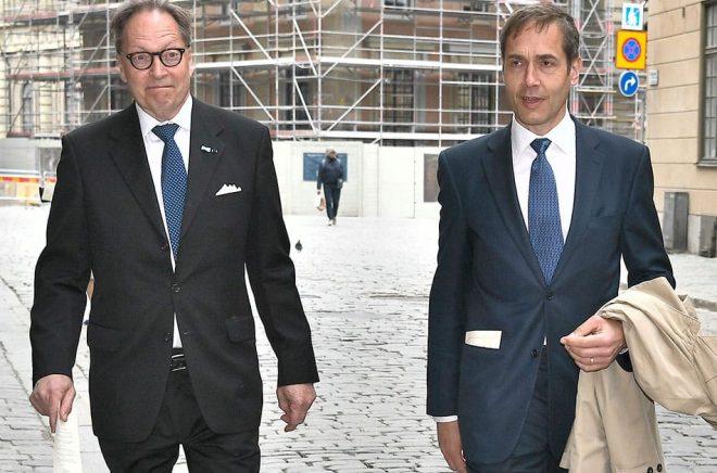 Akademiledamöterna Horace Engdahl och Mats Malm anländer till Börshuset i Stockholm för Svenska Akademiens torsdagsmöte. Foto: Claudio Bresciani/TT.