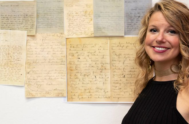 Sarah Billengren, ansvarig för avskrifterna av familjen Bauers brevsamling. Pressbild: Conchi Gonzalez/Jönkopings läns museum/TT.