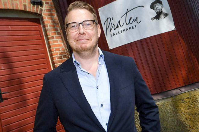 Författaren Fredrik Backman presenteras som årets Piratenpristagare vid ett tillkännagivande vid Pumphuset i skånska Vollsjö. Foto: Johan Nilsson/TT.
