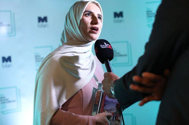 Jokha Alharthi pratar med medier efter att ha tagit emot priset i galalokalen The Roundhouse i London. Foto: Isabel Infantes/AFP/TT.