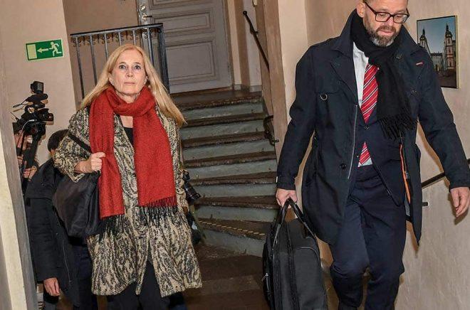 Katarina Frostenson anländer tillsammans med advokat Björn Hurtig till Svea hovrätt under rättegången mot den så kallade kulturprofilen. Nu berättar hon om kristiden i en ny bok och i ett samtal med sin förläggare. Arkivbild: Jonas Ekströmer /TT.