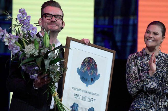 Den belgiske författaren och pristagaren Bart Moeyaert tog emot Almapriset av kronprinsessan Victoria under måndagskvällens prisutdelning i Konserthuset i Stockholm. Foto: Janerik Henriksson/TT.