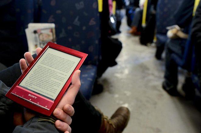 Den 1 juli sänks momsen på digitala böcker från 25 till 6 procent. Arkivbild: PONTUS LUNDAHL / TT.