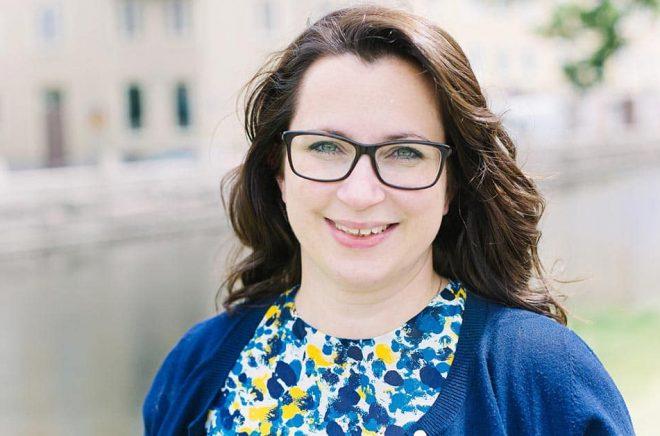 Författaren Sofia Ymén startade för två år sedan Facebookgruppen Feelgoodfredag som i skrivande stund har strax över 1 200 medlemmar. Pressbild: Madeleine Wejlerud.