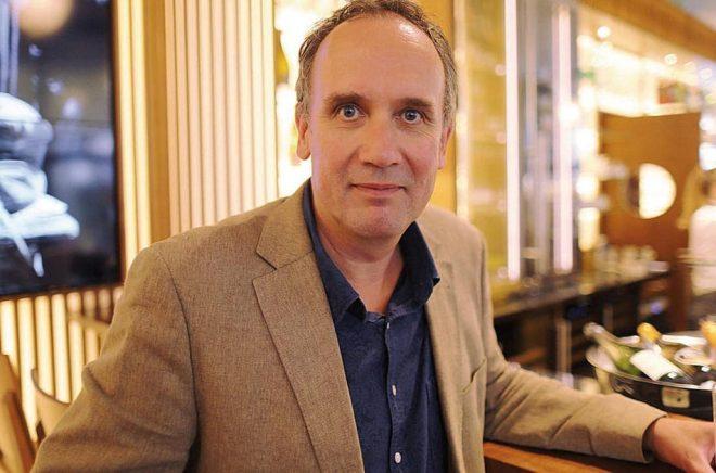 Volker Kutscher har skrivit klart sju böcker i serien om Gereon Rath. Tre återstår innan den är fullbordad. Pressbild: Oliver Berg/TT.
