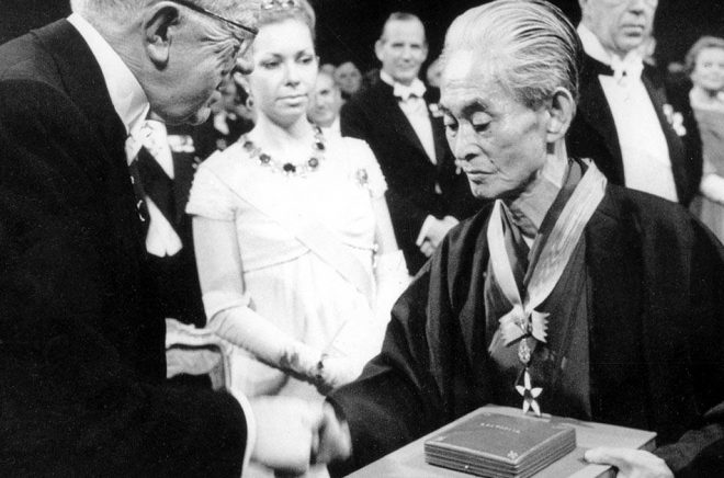 Gustav VI Adolf delade ut Nobelpriset i litteratur till den japanske författaren Yasunari Kawabata 1968. Arkivbild: AP.