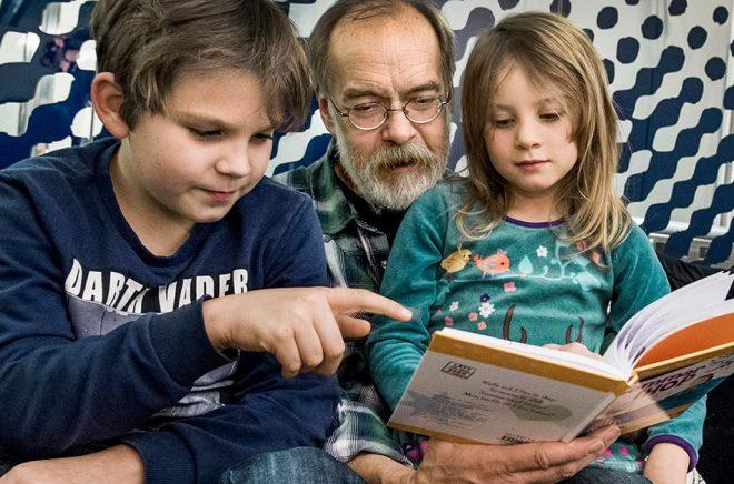 Högläsningen för barn ökar i Sverige, men under semestrar och helger tar många föräldrar ledigt även från läsningen. Arkivbild: Claudio Bresciani/TT.