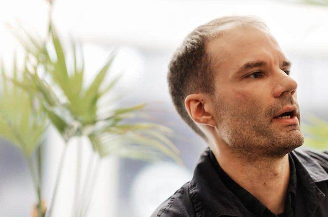 Journalisten Jonas Cullberg är sedan fyra år tillbaka baserad i New York. Han har under sina år i USA följt opioidkrisen på nära håll. Nu är han aktuell med reportageboken En amerikansk historia. Naina Helén W. Jåma