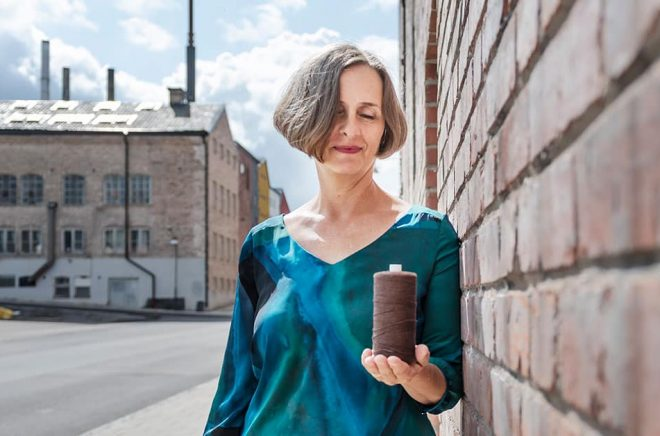 Susanna Alakoski har burit med sig arvet efter mormor Hilda – trådrullar från textilfabriken i Vasa. Det är Hilda som har inspirerat till hennes nya roman