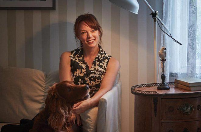 Lina Wolff tar emot i hemmet i Hörby. Hunden Sasha vill prompt vara med under både intervju och fotografering. Foto: Andreas Hillergren/TT.