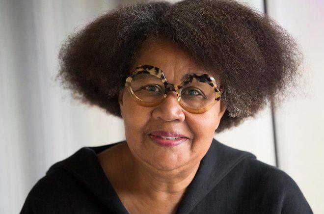 """""""När jag skriver är min mamma alltid närvarande. Hon är anledningen till att jag blev en författare, för hon läste alltid väldigt mycket. Och hon lärde mig att läsa så att jag skulle lämna henne ifred"""", säger Jamaica Kincaid i vars böcker modern är central. Foto: Fredrik Sandberg/TT."""