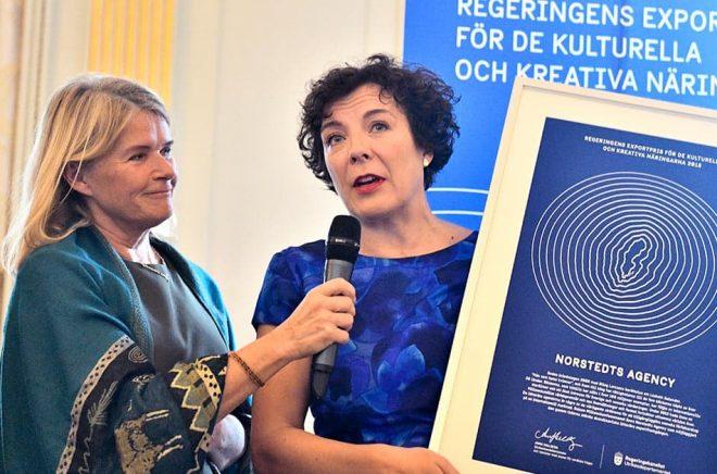 Linda Altrov Berg, chef och litterär agent på Norstedts Agency, tar emot regeringens exportpris. Foto: Karin Wesslén/TT.