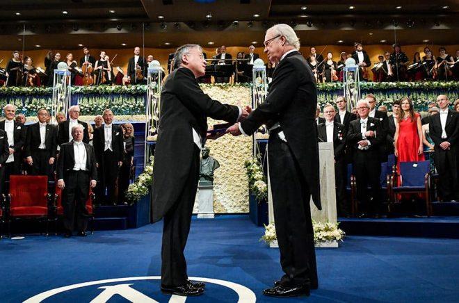 Kazuo Ishiguro är den senaste författaren som har fått ta emot Nobelpriset i litteratur ur kung Carl XVI Gustafs hand. Arkivbild: Jonas Ekströmer/TT.