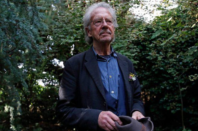 Författaren Peter Handke höll en improviserad presskonferens i sin trädgård. Foto: Francois Mori/AP/TT.