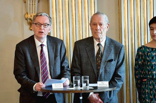 Anders Olsson, Pär Westberg och Rebecka Kärde presenterar 2018 och 2019 års pristagare av Nobelpriset i litteratur. Foto: Anders Wiklund/TT.