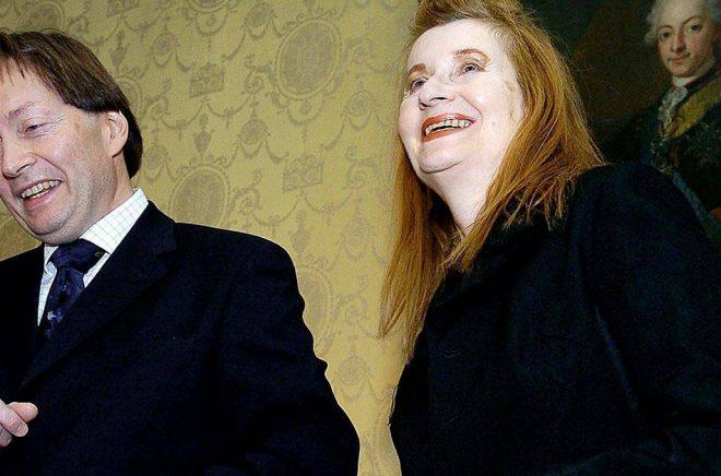 Horace Engdahl, dåvarande ständig sekreterare i Svenska Akademien, och Elfriede Jelinek vid en ceremoni i Wien 2004. Jelinek kom inte till Stockholm för att ta emot Nobelpriset. Arkivbild: Robert Jaeger/AP/TT.