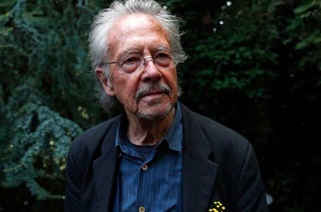 Valet av den österrikiske författaren Peter Handke som 2019 års Nobelpristagare i litteratur har utlöst en hätsk debatt. Arkivbild: Francois Mori/AP/TT.