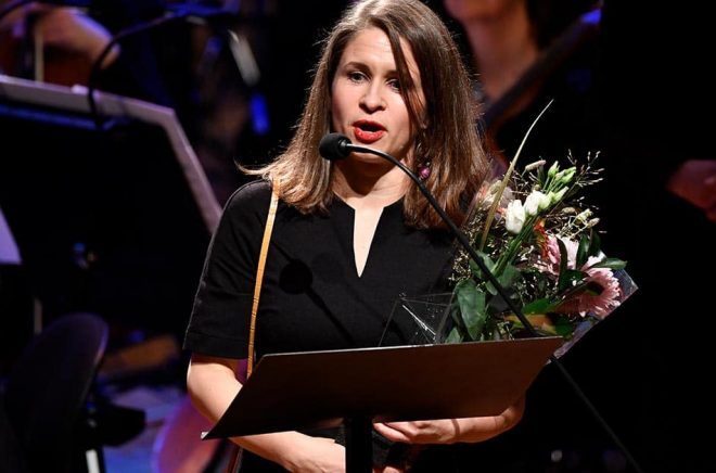 Kristin Roskifte tar emot barn- och ungdomslitteraturpriset under Nordiska Rådets prisutdelning i Stockholms konserthus. Foto: Henrik Montgomery/TT.