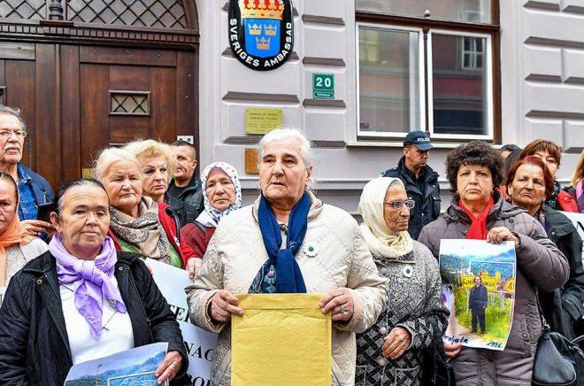 Föreningen för folkmordets offer och vittnen höll i demonstrationen och talespersonen Munira Subaic överlämnade ett öppet brev till den svenska ambassaden i Sarajevo. Foto: Jonas Ekströmer/TT.
