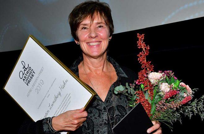 Författaren Kerstin Lundberg Hahn tar emot årets Astrid Lindgren-pris under Astrid Lindgren-konferensen i Filmhuset på torsdagen. Foto: Jonas Ekströmer/TT.