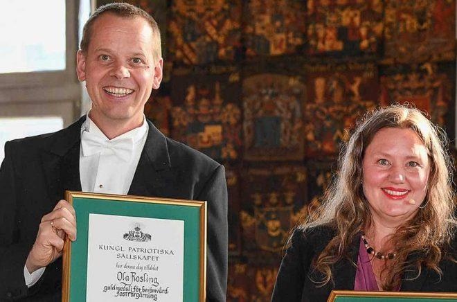 Ola Rosling och Anna Rosling Rönnlund när de i maj tidigare i år prisades med Fostrargärningsmedaljen av Kungliga Patriotiska Sällskapet. Arkivbild: Jonas Ekströmer/TT.