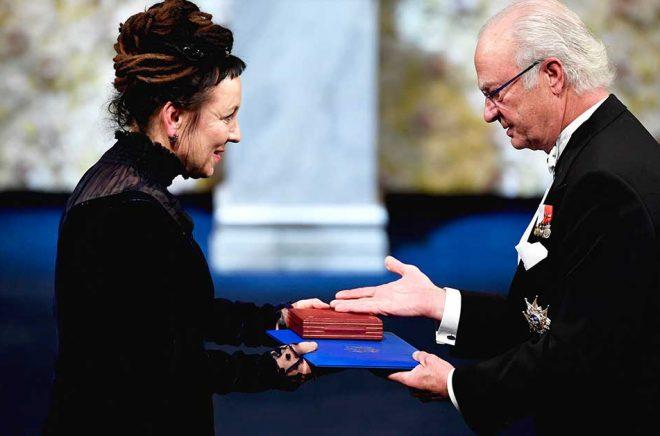 Till slut fick den polska tv-publiken se sin landsmaninna Olga Tokarczuk ta emot Nobelpriset i litteratur ur kung Carl XVI Gustafs hand. Foto: Henrik Montgomery/TT.