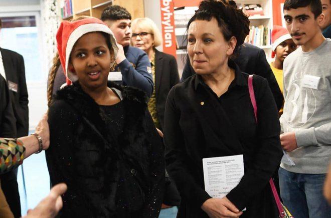Barnen samtalade med Olga Tokarczuk, Nobelpristagaren i litteratur, på Rinkeby bibliotek. Foto: Fredrik Sandberg/TT.