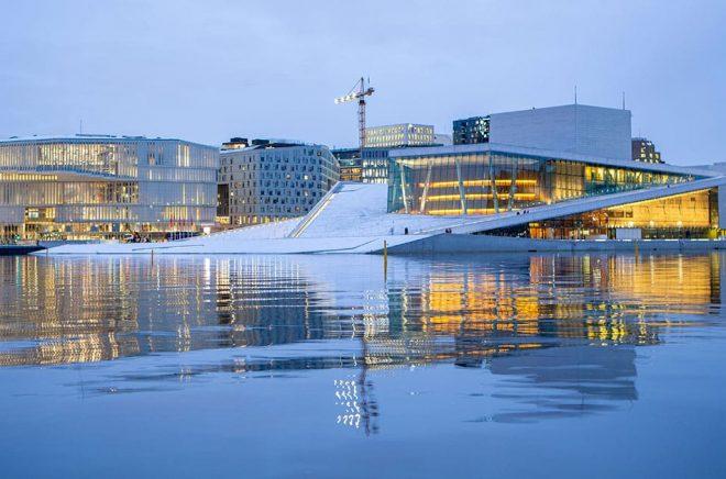 Nya Deichman, till vänster, bredvid Operahuset i Oslo. Foto: Paul Kleiven/NTB Scanpix/TT.