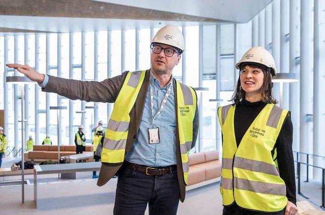 Bibliotekschefen Knut Skansen och kulturborgarrådet Rina Mariann Hansen visar det nya huvudbiblioteket som öppnar den 28 mars. Arkivbild: Ole Berg-Rusten.