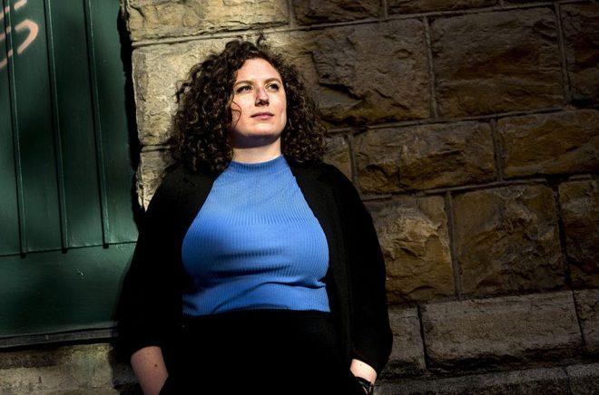 Sofia Rönnow Pessah är en av de författare som i vår skriver om sex och hur kvinnor fostras att förhålla sig till det. Pressbild: Alexander Mahmoud.