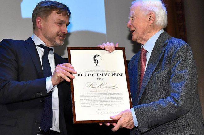 David Cornwell, med författarnamnet John Le Carré, tar emot 2020 års Olof Palmepris ur Joakim Palmes hand. Foto: Claudio Bresciani/TT.